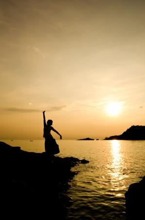 호수에있는 여자와 일몰 실루엣