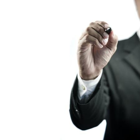 hombre escribiendo: Escritura del hombre de negocios con un marcador aislado sobre fondo blanco