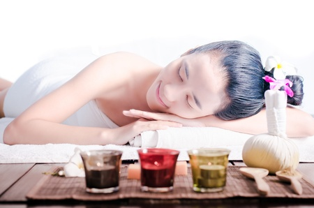 Mujer asiática joven masaje en el spa