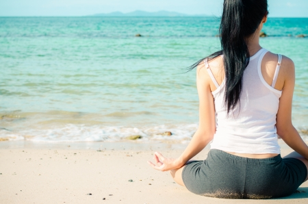 해변에 젊은 아름 다운 여자 명상 스톡 콘텐츠