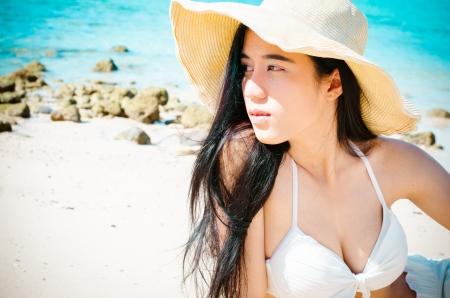 해변에서 비키니 입은 아시아 아름 다운 여자 스톡 콘텐츠