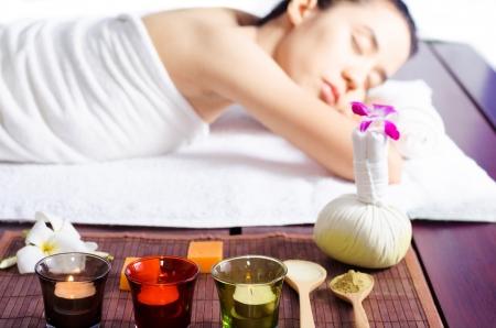 spas: Junge Frau Massage im Spa Lizenzfreie Bilder