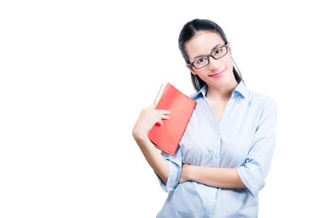 赤い本とメガネがアジアの女性