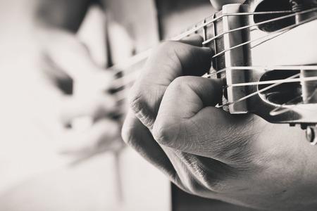 ミュージシャンのギターを弾く
