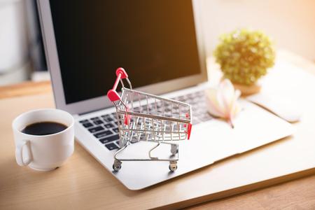 쇼핑 카트 및 태블릿 및 나무 테이블, 온라인 쇼핑 개념에 커피 스톡 콘텐츠