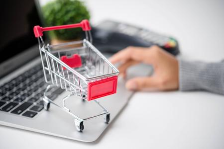 온라인 쇼핑 개념입니다. 장바구니가있는 휴대 전화 또는 스마트 폰