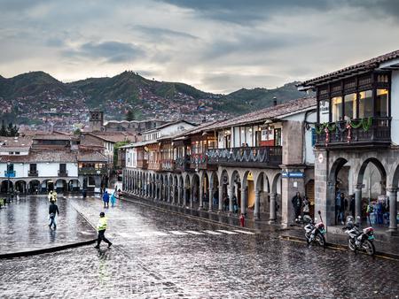 Cusco, Pérou - 7 janvier 2017. Vue d'un côté de la place Plaza de Armas un jour de pluie