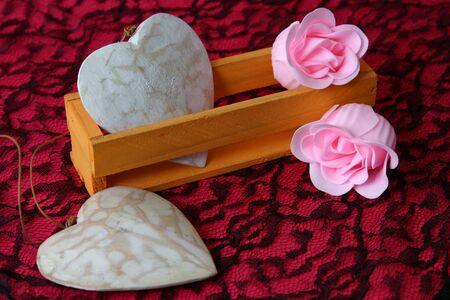 Rosa flores hechas de jabón y madera corazones  Foto de archivo - 2694016