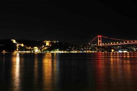 Istanbul is throat at night. Bosphorus Bridge. Banque d'images
