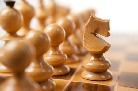 attacking: Un primer plano de blanco ajedrez Caballero atacando