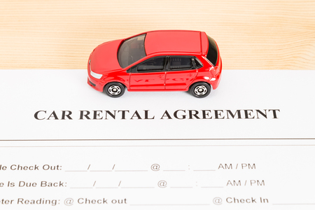 pacto: Car rental agreement with red car on center. Auto rental agreement or legal document