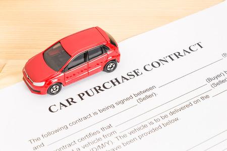 pacto: contrato de compra del coche con el coche rojo en la vista izquierda. acuerdo de compra de auto o documento legal