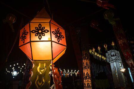 Orangefarbene Papierlaternen im Loi Krathong Festival auf dem linken Rahmen. Laternenwettbewerb beim Loi Krathong Festival in Phayao Thailand