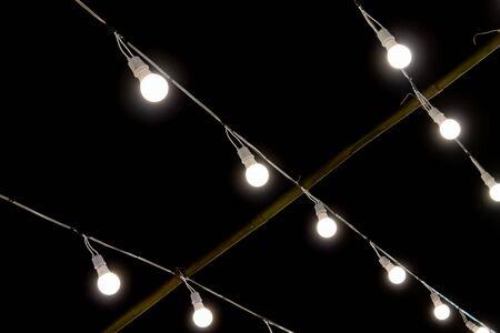 LED-Lampen-String auf schwarzem Nachtszenen-Hintergrund. LED-Licht auf schwarzem Hintergrund