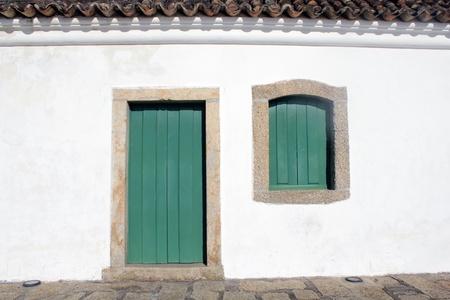 puerta verde: Casa colonial con puerta verde