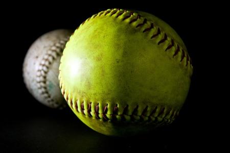 softbol: Pelotas suaves sobre fondo negro