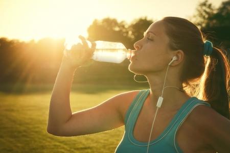 실행 후 물을 마시는 젊은 여자