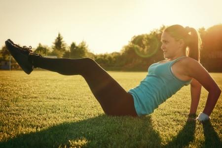 젊은 여자는 경기장에서 운동을한다.