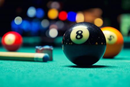 pool bola: Una foto del estilo de la vendimia de unas bolas de billar en una mesa de billar de ruido a�adido para un efecto de pel�cula