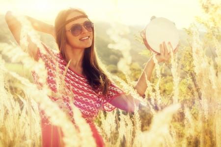 pandero: Hermosas mujeres jóvenes jugando en la pandereta en otoño