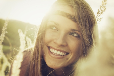 아름 다운 여자에서 빈티지 스타일 사진 가을