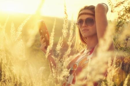 아름다운 젊은 여성이 가을에 탬버린에서 노는 스톡 콘텐츠