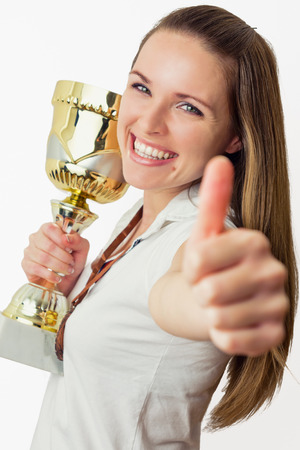 trofeo: Hermosas mujeres j�venes ganan un trofeo
