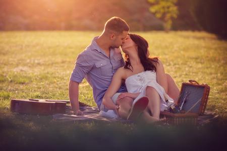baiser amoureux: Couple attrayant Banque d'images