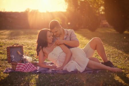 picnic: Attractive Couple