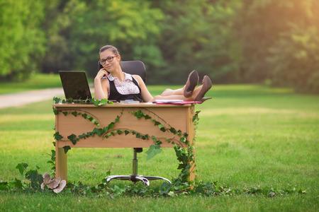 SECRETARIA: Oficina en la naturaleza, al aire libre de trabajo joven secretaria Foto de archivo