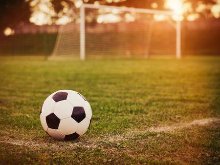 cancha de futbol: Fútbol en la puesta de sol