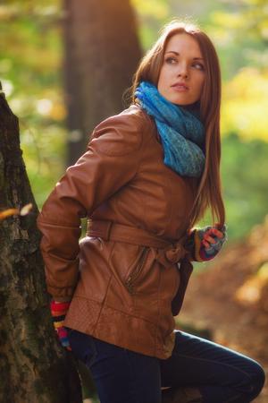 jacket: Las mujeres jóvenes en el bosque con cálidos de otoño moda ropa,