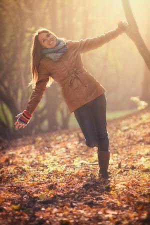 Le giovani donne nella foresta con il caldo, autunno fashioned vestiti Archivio Fotografico - 44326502