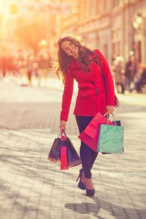 도시에서 쇼핑 젊은 여성