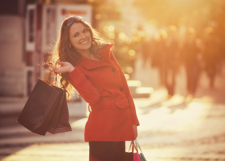 niñas sonriendo: Las mujeres jóvenes de compras en la ciudad Foto de archivo