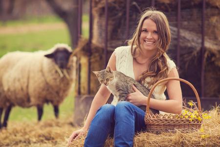 animales de granja: Mujer joven en la granja