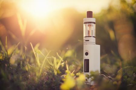 조정 가능한 전자 담배, 금연에 대한 발암 성 대체, 배경에서 일몰