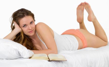 mujer en la cama: La lectura en el dormitorio