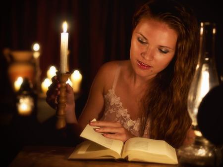 pelo castaño claro: Mujeres en la luz de las velas