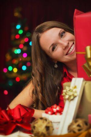 pelo castaño claro: Chica con regalos de Navidad