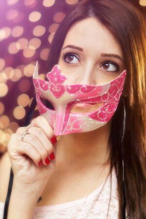 ojos marrones: Belleza en el partido con una máscara veneciana