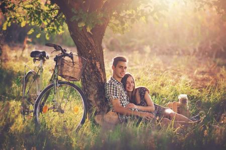 romance: Atractiva pareja en campo Foto de archivo