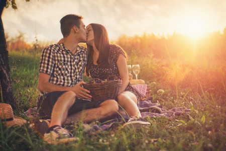 paisaje rural: Atractiva pareja en campo Foto de archivo