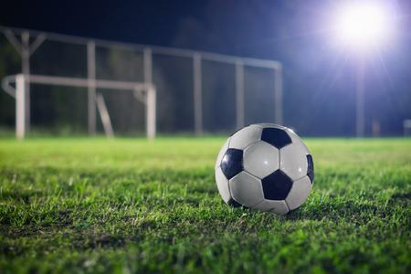 balon soccer: Fútbol en la noche Foto de archivo