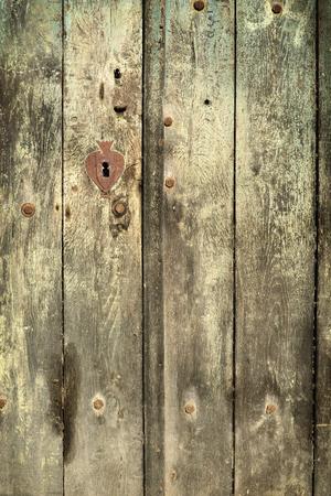 madera rústica: Puerta vieja bodega de madera de la vendimia con el ojo de la cerradura oxidada