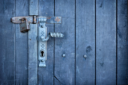 verjas: manija de puerta vieja de la vendimia con un candado oxidado