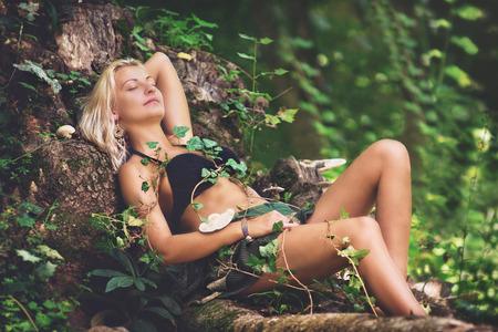 femme blonde: Beaut� dans la for�t