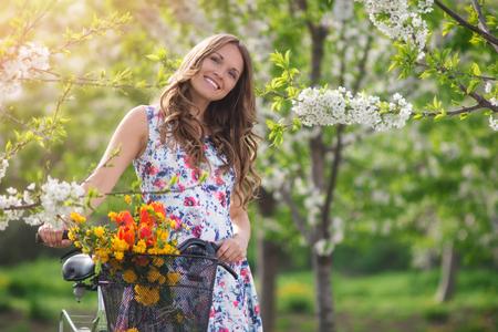 femmes souriantes: Beaut� dans le jardin au printemps Banque d'images
