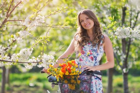 mujer sexy: Belleza en el jard�n en primavera