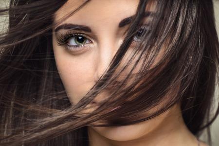 ojos verdes: Foto de detalle de una mujer joven y bella